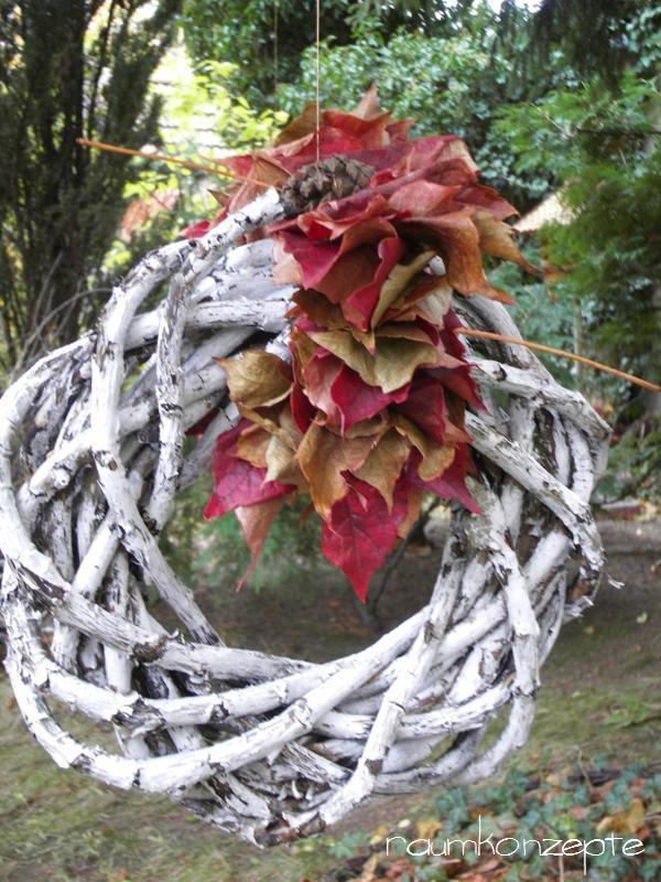 Herbstkranz aus den Naturmaterialien Weinaeste und Weinlaub