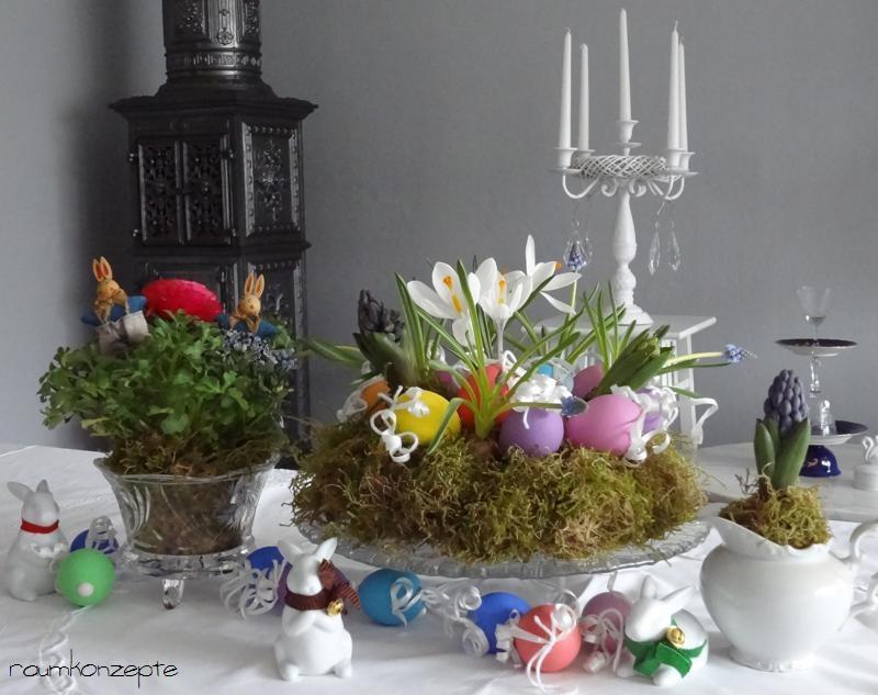 Osterdekoration mit Osterkranz Tortenteller und Schale aus Glas weisses Geschirr und Porzellanhasen