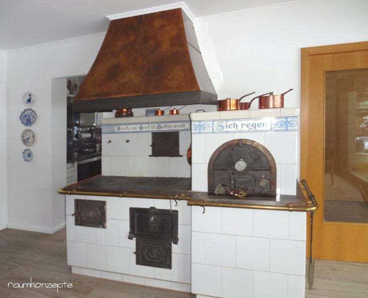 Esszimmer Feuerstelle mit alter Kochmaschine und Backofen nach Umgestaltung unter weisser Zimmerdecke