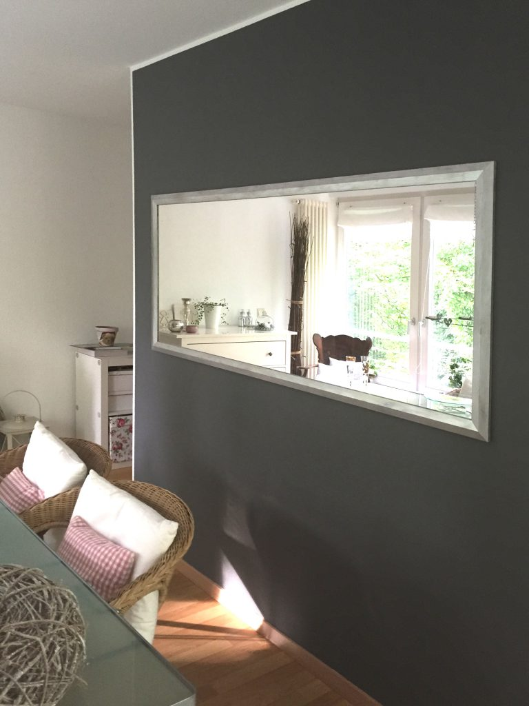 Essbereich Wand nach Umgestaltung mit grossem Spiegel auf grauem Hintergrund