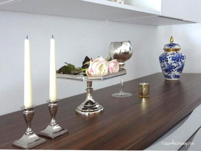 Esszimmer Schrank Dekoration nach Umgestaltung auf brauner Deckplatte