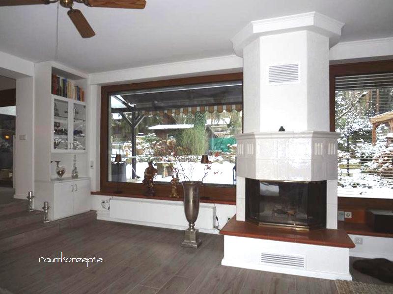 Wohnzimmer Kamin nach Umgestaltung weiss zwischen grauem Boden und weisser Zimmerdecke