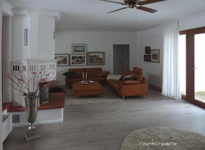 Wohnzimmer Kamin Sitzgruppe nach Umgestaltung mit weisser Zimmerdecke und grauem Fussboden