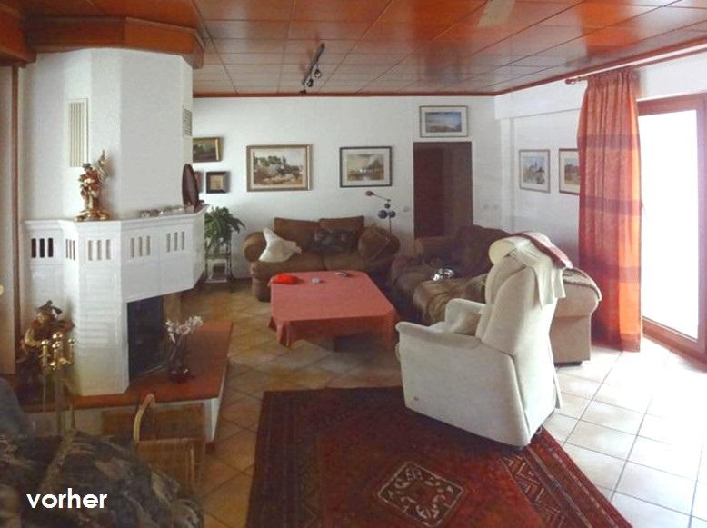 Wohnzimmer Kamin Sitzgruppe vor Umgestaltung mit dunkler Zimmerdecke und braunen Fliesen