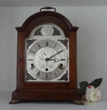 Wohnzimmer Raumtrenn-Regal links Detail nach Umgestaltung Uhr mit Rose