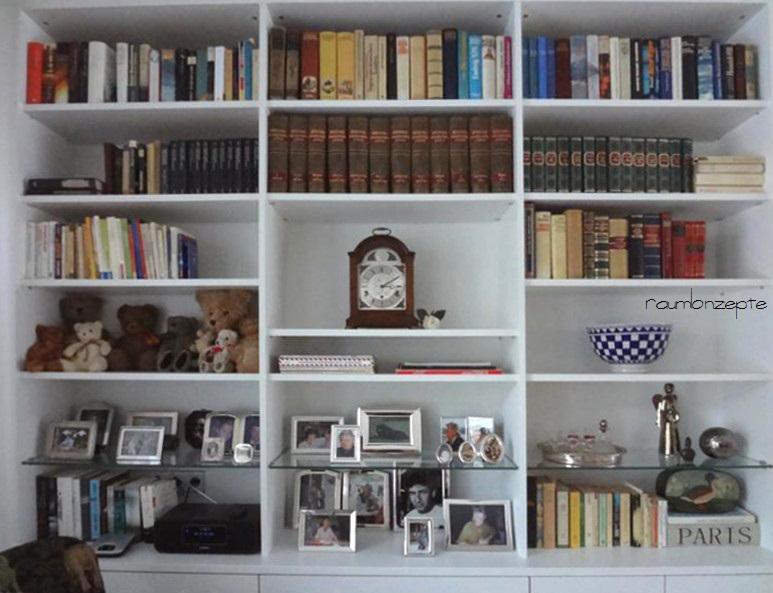 Wohnzimmer Raumtrenn-Regal links nach Umgestaltung in weissem Holz