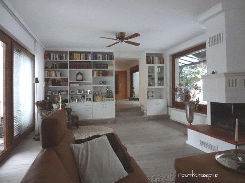 Wohnzimmer Raumtrenn-Regal nach Umgestaltung in weissem Holz