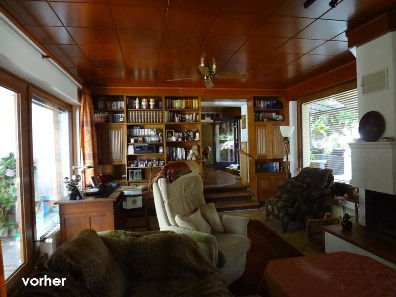 Wohnzimmer Raumtrenn-Regal vor Umgestaltung in dunklem Holz
