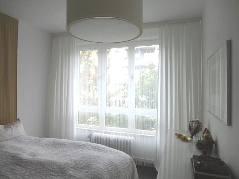 Schlafzimmer-Fenster mit Fadenstore und offener Uebergardine