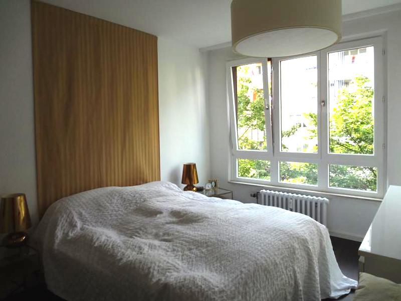 Schlafzimmer-Fenster ohne Vorhaenge ohne Blickschutz