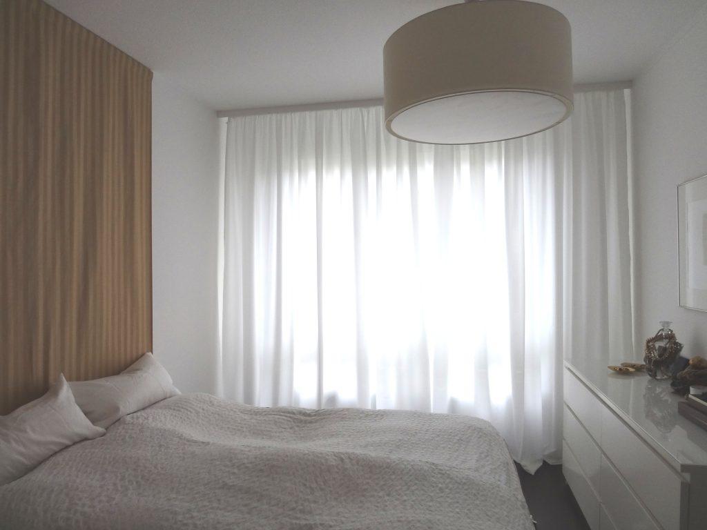 Schlafzimmer-Fenster mit geschlossener Uebergardine