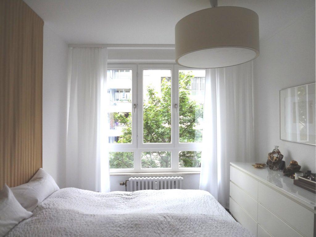 Schlafzimmer-Fenster mit offener Uebergardine