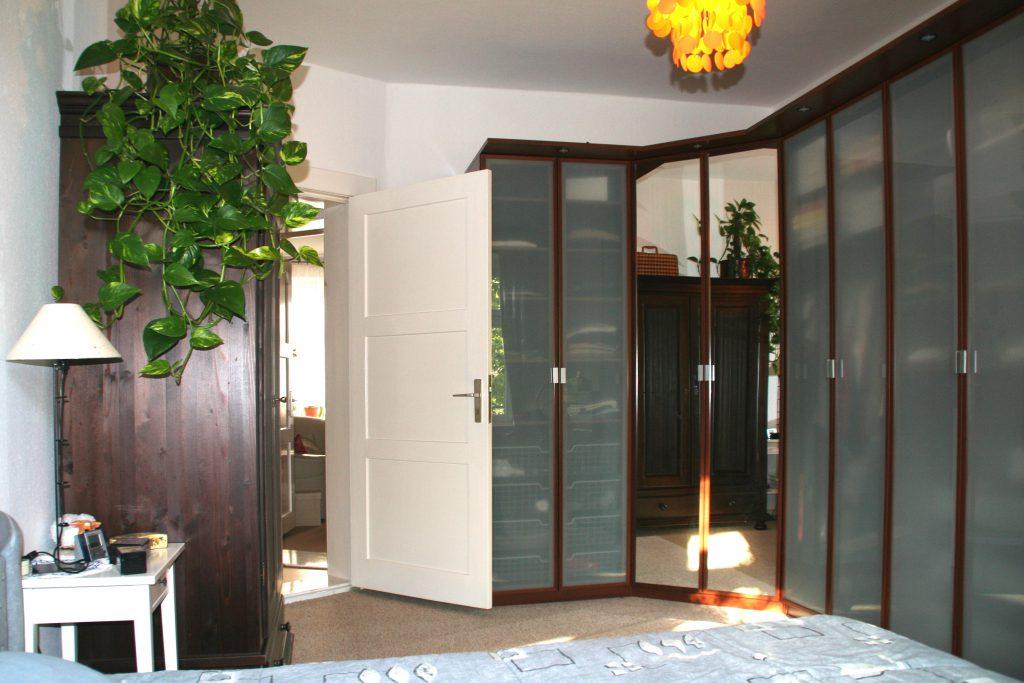 Schlafzimmer Moebel Ecke links nach Umgestaltung mit modernem Kleiderschrank-System ueber Eck