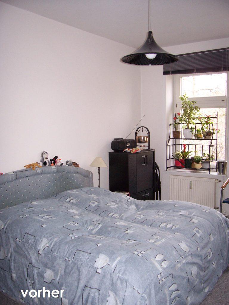 Schlafzimmer Moebel Wand links vor Umgestaltung mit Bett und schwarzer Kommode