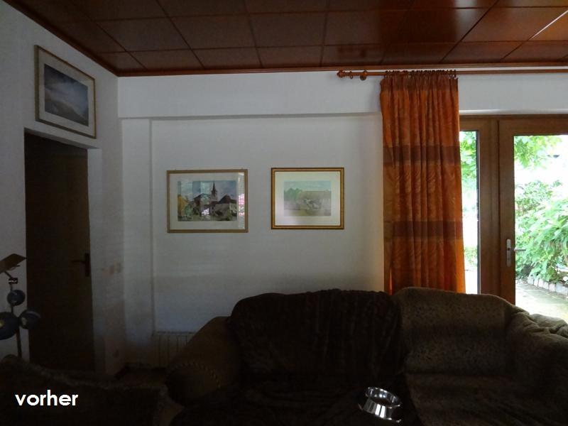 Wohnzimmer Sofa an Laengswand vor Umgestaltung in dunklen Farben