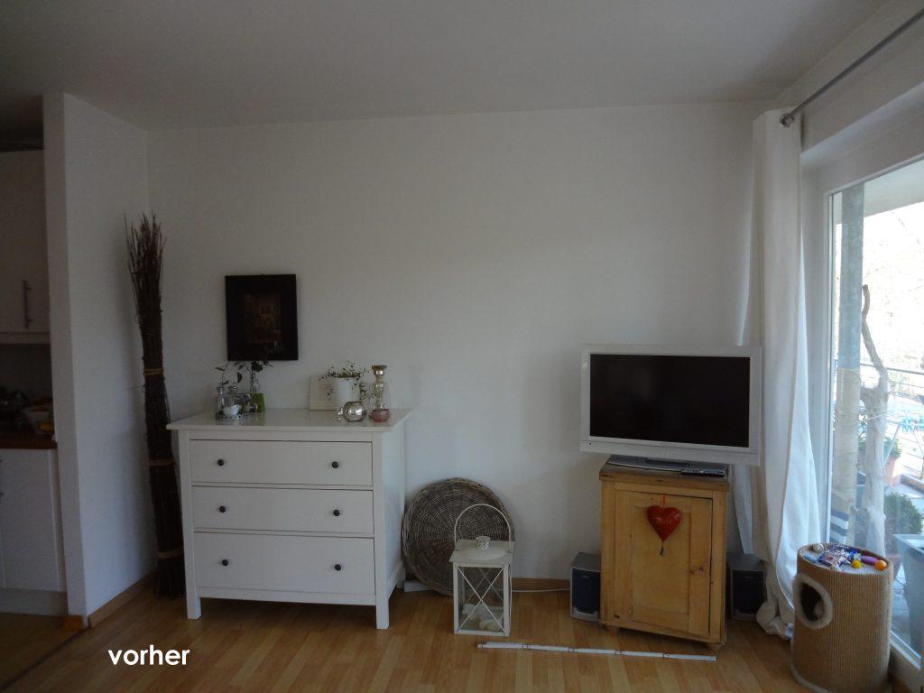 Wohnzimmer TV Umgebung vor Umgestaltung mit Kommode und TV auf kleinem Schrank