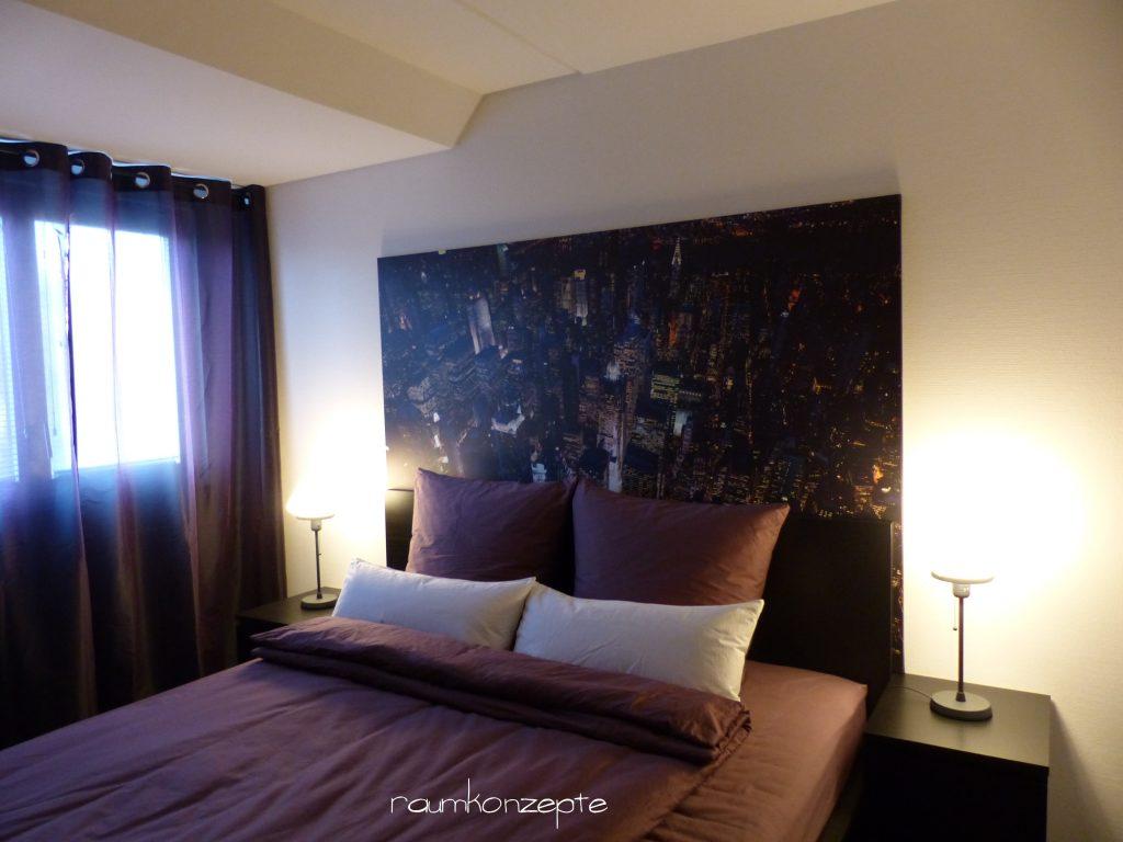 Schlafzimmer mit dunklen Farben und Bild Manhattan bei Nacht