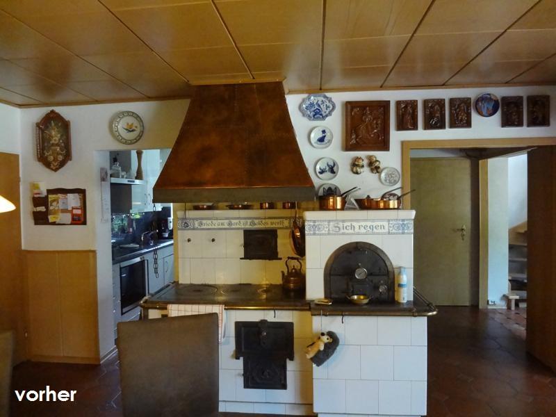 Esszimmer Feuerstelle mit alter Kochmaschine und Backofen vor Umgestaltung unter brauner Zimmerdecke