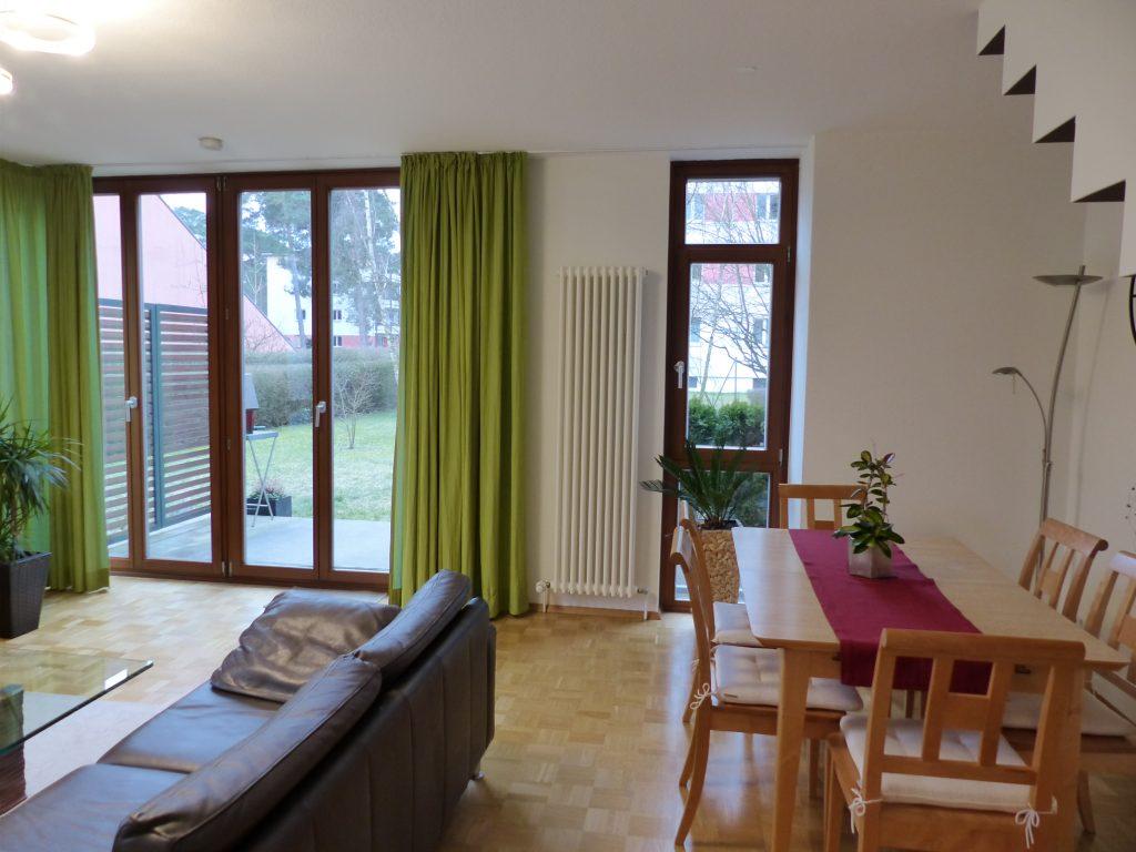 Wohnzimmer nachher Essplatz Sitzgruppe Fenster mit gruenen Vorhaengen