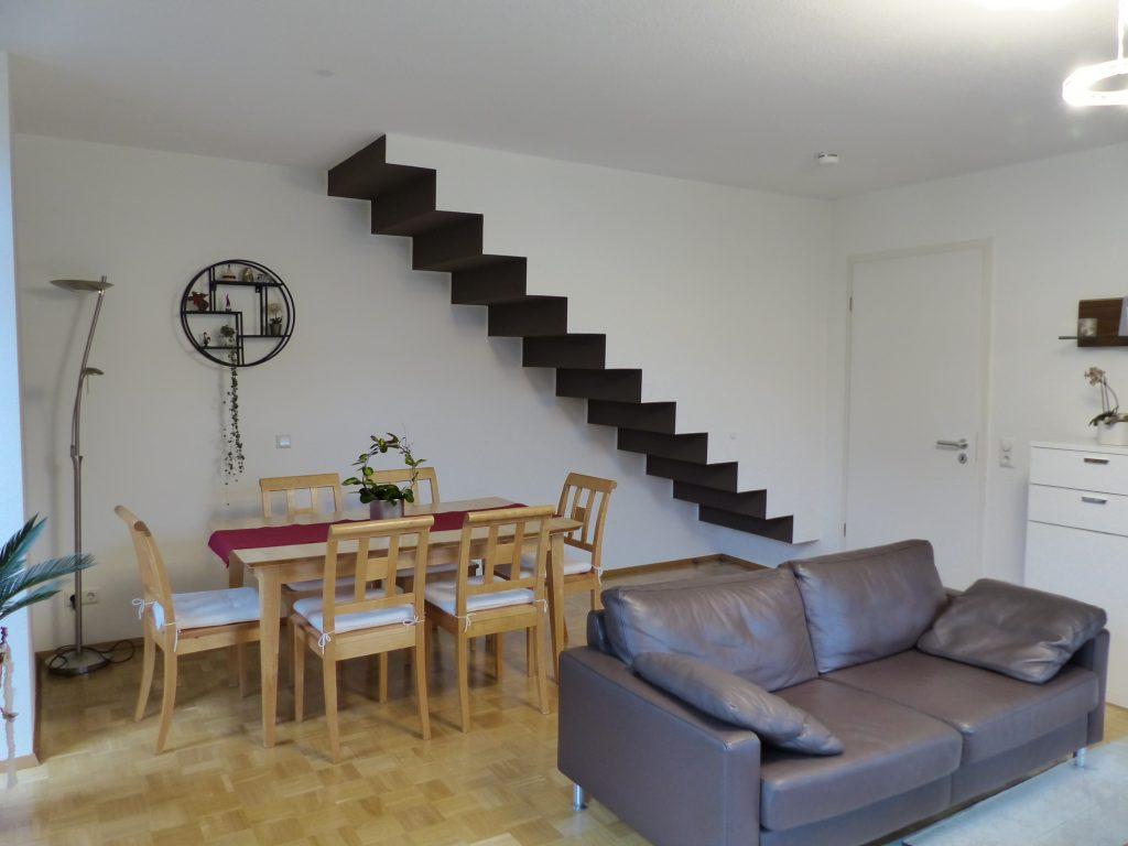 Wohnzimmer nachher Essplatz Treppe mit weisser Wandfarbe