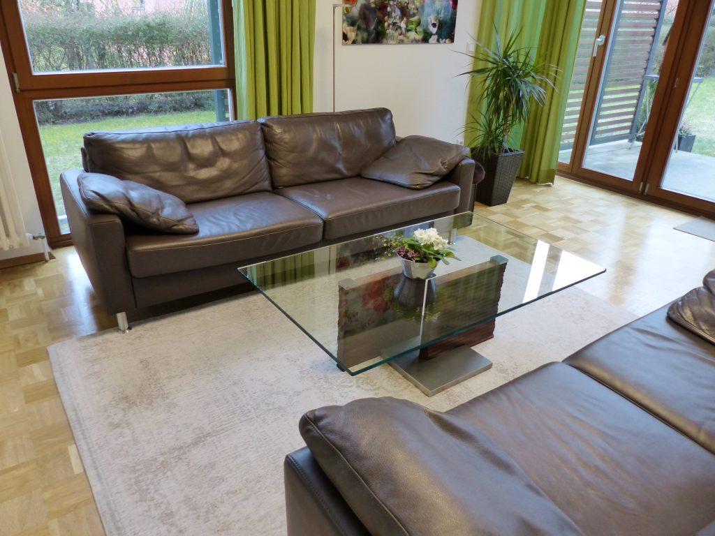 Wohnzimmer nachher Sofa Couchtisch in Glas