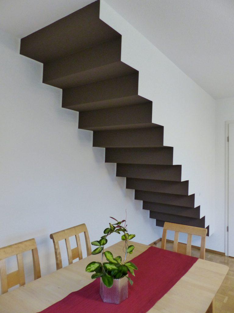 Wohnzimmer nachher Treppen Unterseite mit schwarzer Farbe