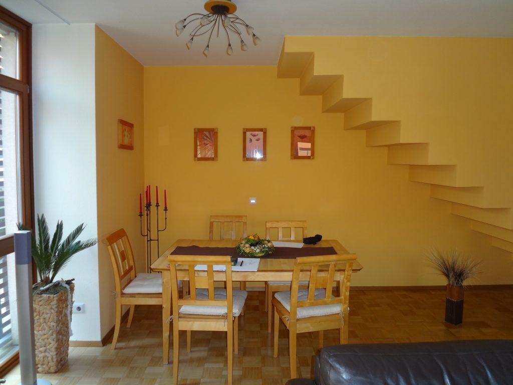 Wohnzimmer vorher Essplatz Treppe mit gelber Wandfarbe