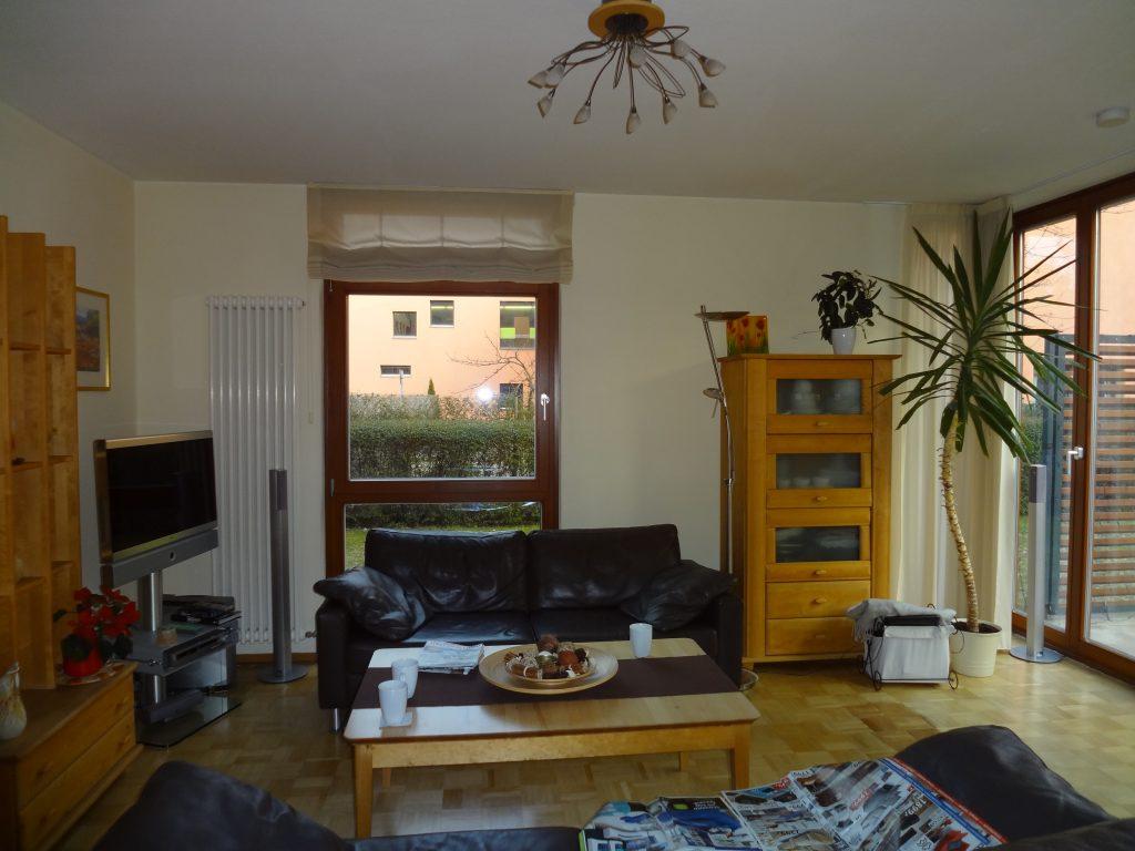 Wohnzimmer vorher Sofa Couchtisch in Holz
