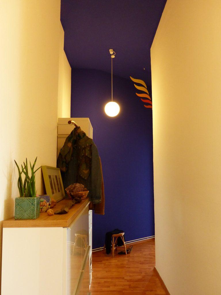 Flur Blick 6 nachher mit Sideboard, Kugellampe und weissen und blauen Waenden