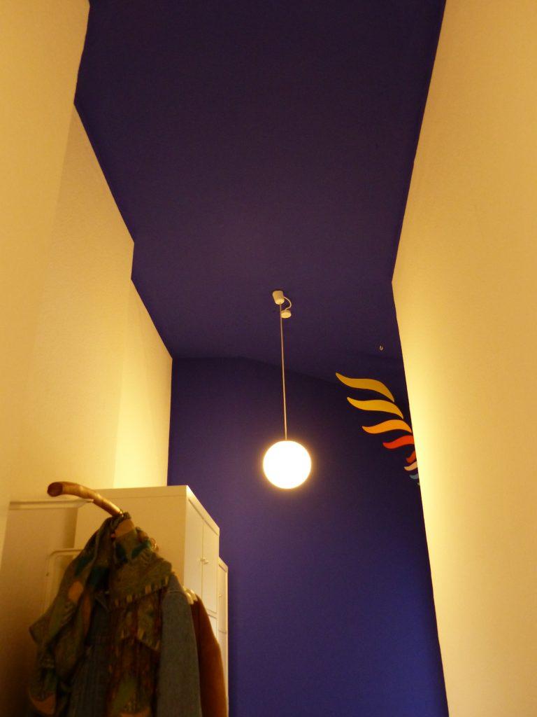 Flur Blick 6 nachher mit Garderobe, Kugellampe und blauer Decke