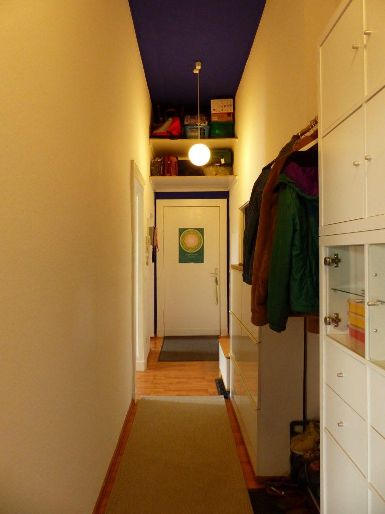 Flur Blick 7 nachher mit Garderobe, geschlossenem Regal und offenem Tuerregal