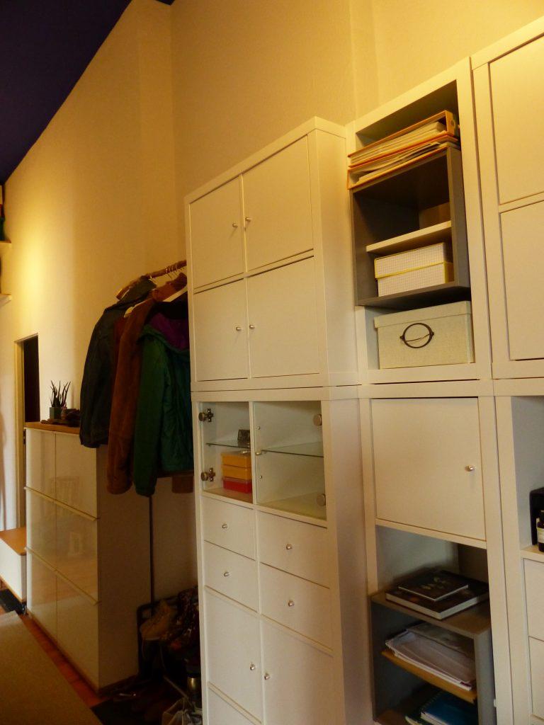 Flur Blick 8 nachher mit geschlossene weisse Regale und Garderobe