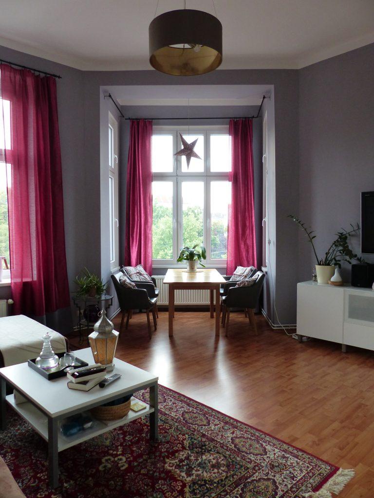 Wohnzimmer Blick 1 nachher mit Erker, Esstisch und grauer Wand