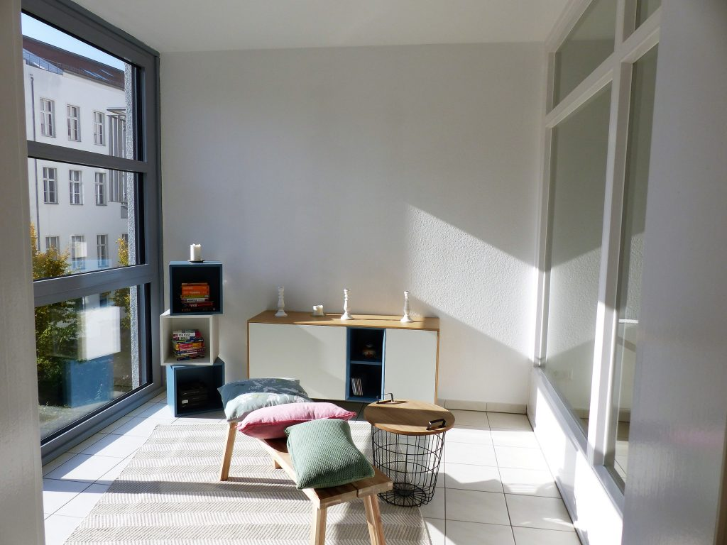 Arbeitsraum Blick 13 vorher mit Kleinregal, Sideboard, Bank und Drahtkorb