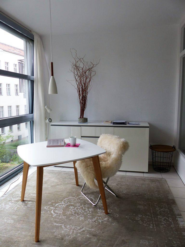 Arbeitsraum Blick 13 nachher mit Tisch, Stuhl, Lampe, Sideboard und Drahtkorb