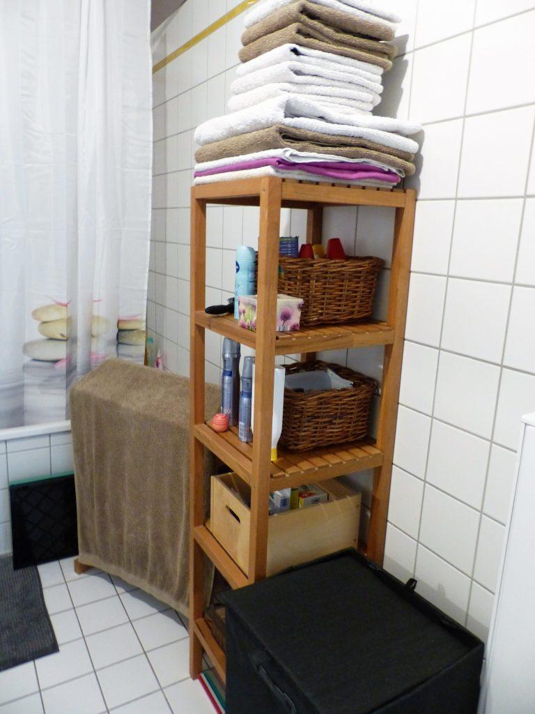 Bad Blick 16 vorher mit Duschvorhang und braunem Regal
