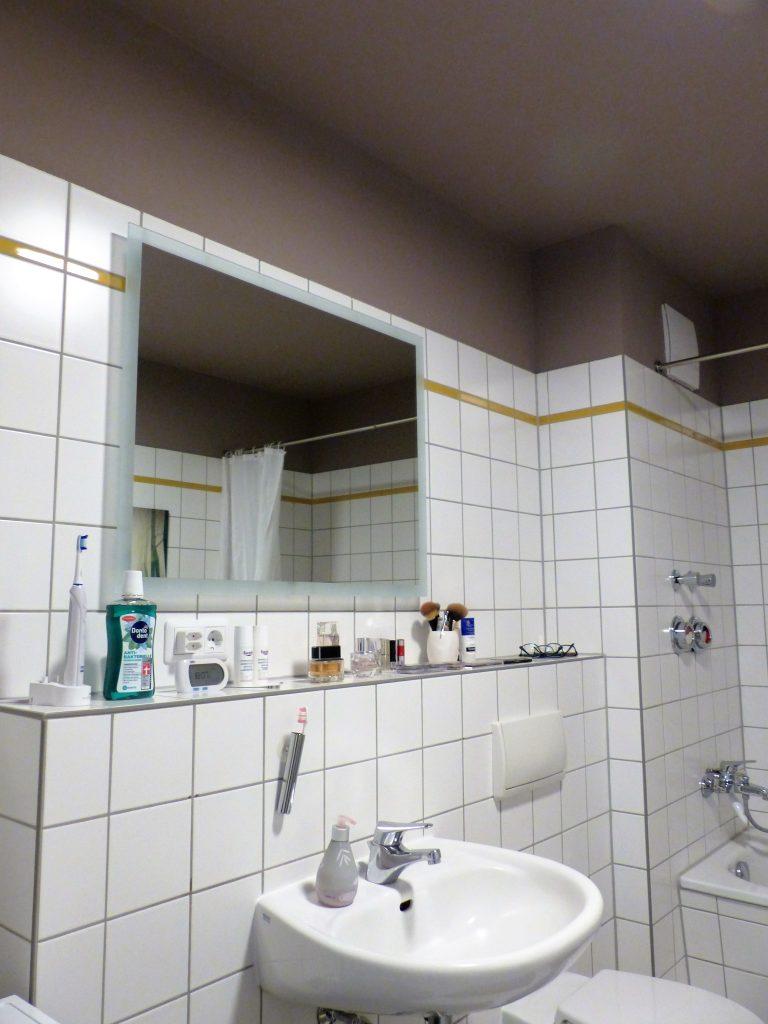 Bad Blick 16 nachher mit Waschbecken, Spiegel und Fliesenablage