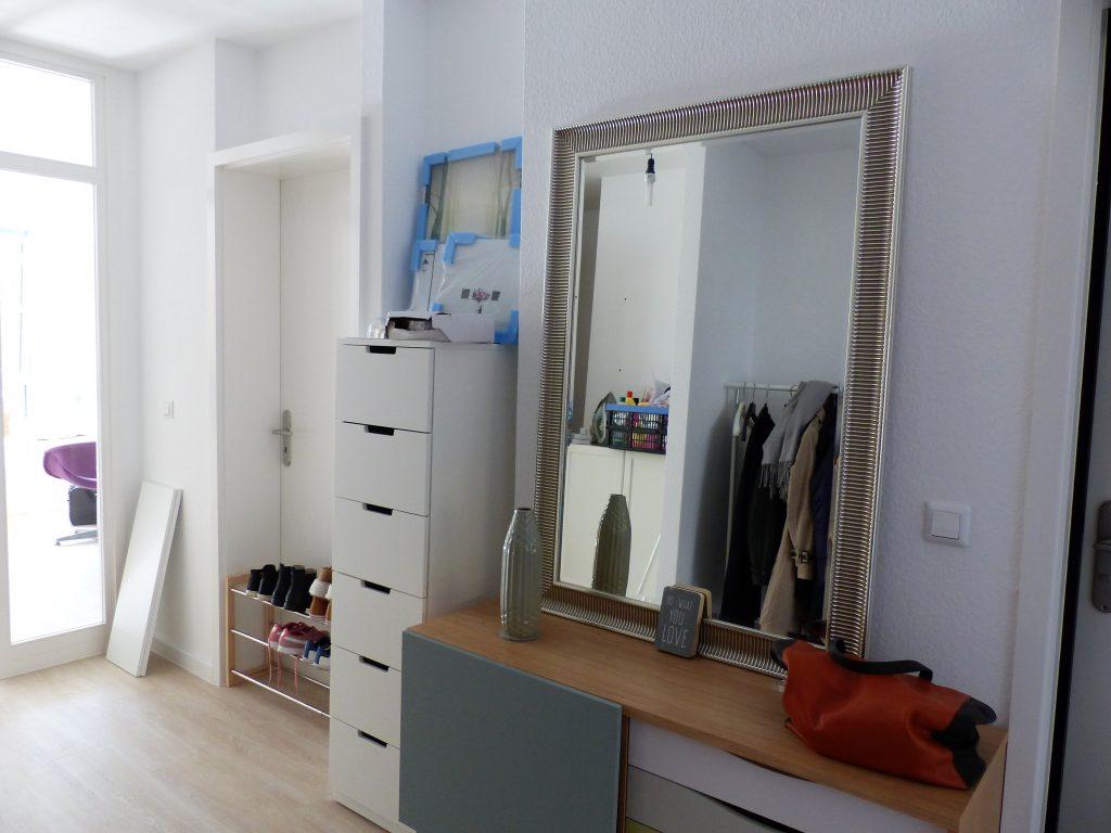 Flur Blick 1 vorher mit Wohnzimmertuer, Schuhablage in Tuer, Schubladenelement, Sideboard und Spiegel