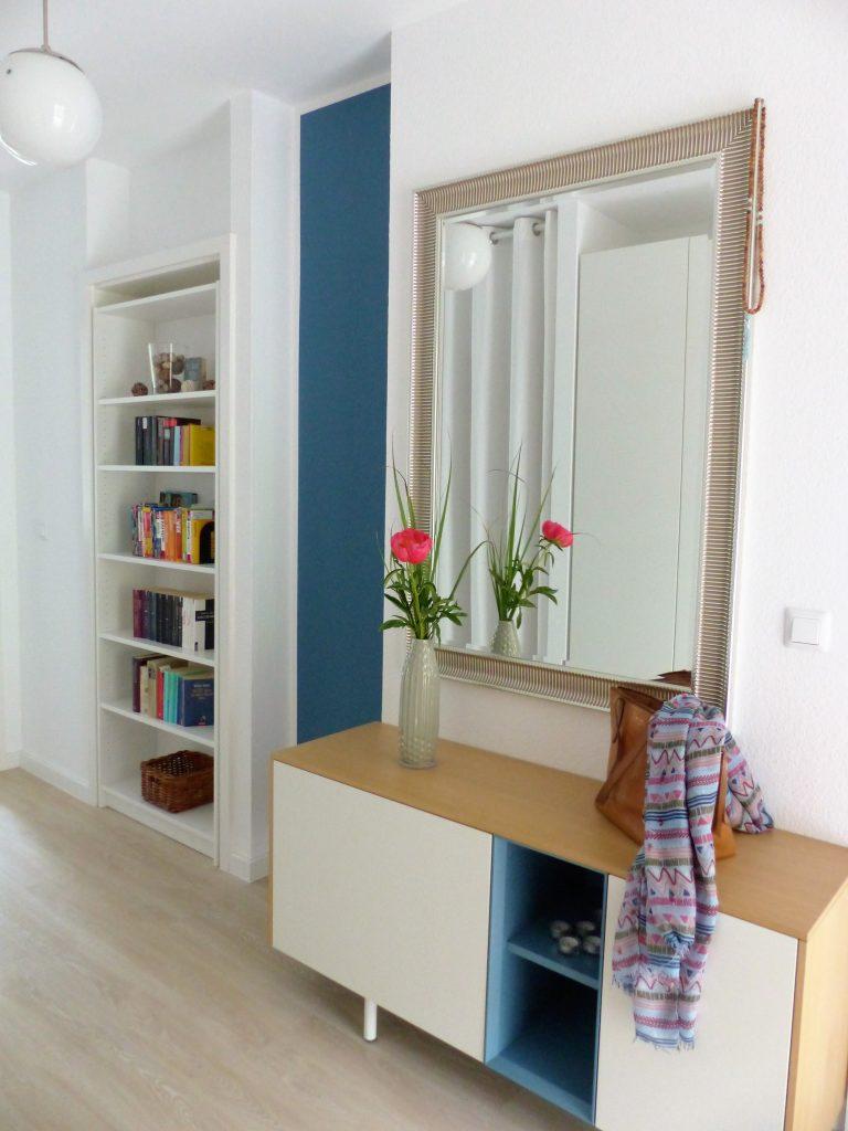 Flur Blick 1 nachher mit Buecherregal in Tuer, blauem Wandteil, Sideboard und Spiegel