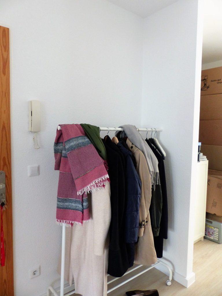 Flur Blick 2 vorher mit Garderobenstaender und Abstellnische