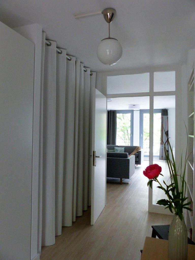 Flur Blick 2 nachher mit Wohnzimmereingang und Vorhang vor Abstellnische