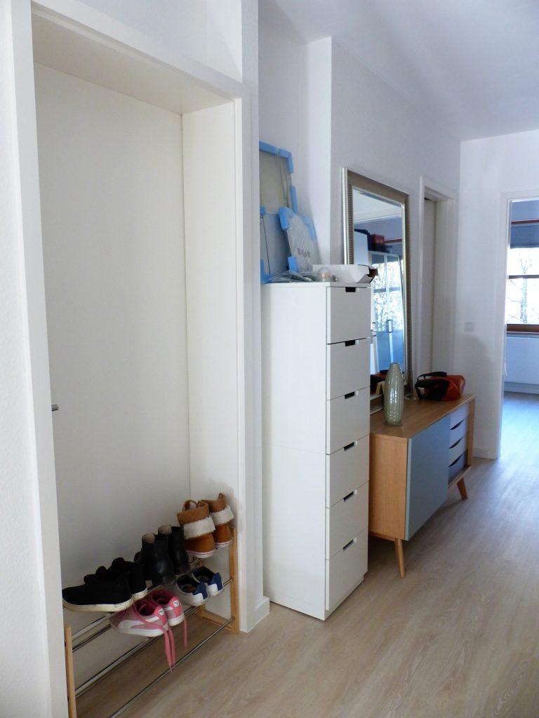 Flur Blick 3 vorher mit Schuhablage in Tuer, Schubladenelement, Sideboard, Spiegel und Schlafzimmertuer
