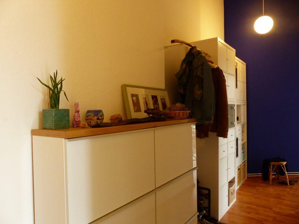 Flur Blick 6 nachher mit Sideboard, Regal mit Garderobe und weissen und blauen Waenden