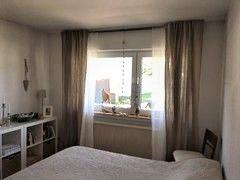 Grünes Schlafzimmer Blick 3 vorher mit Fenster, Vorhängen, Bett, Regal, Stuhl