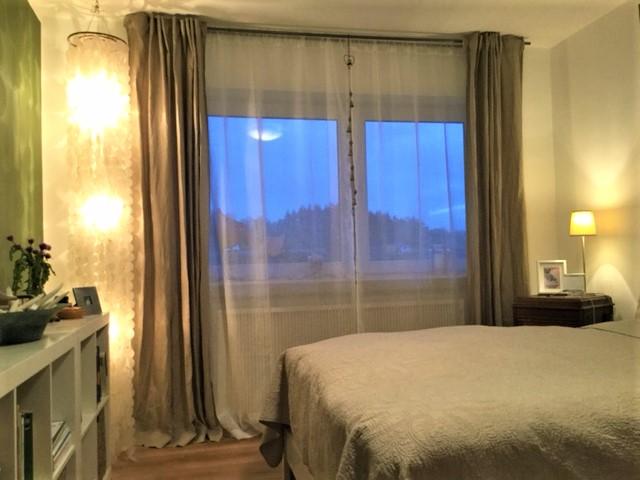 Grünes Schlafzimmer Blick 3 nachher mit Fenster, Vorhängen, Regal, Ecklampe, Nachtisch, Bett