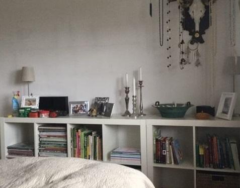Grünes Schlafzimmer Blick 4 vorher mit weisser Wand, Regal, Bett