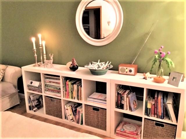 Grünes Schlafzimmer Blick 4 nachher mit moosgrüner Wand, Spiegel, Regal