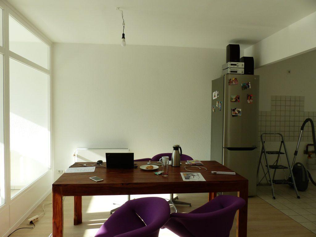 Kueche-Essbereich Blick 12 vorher mit Essplatz und Kuehlschrank