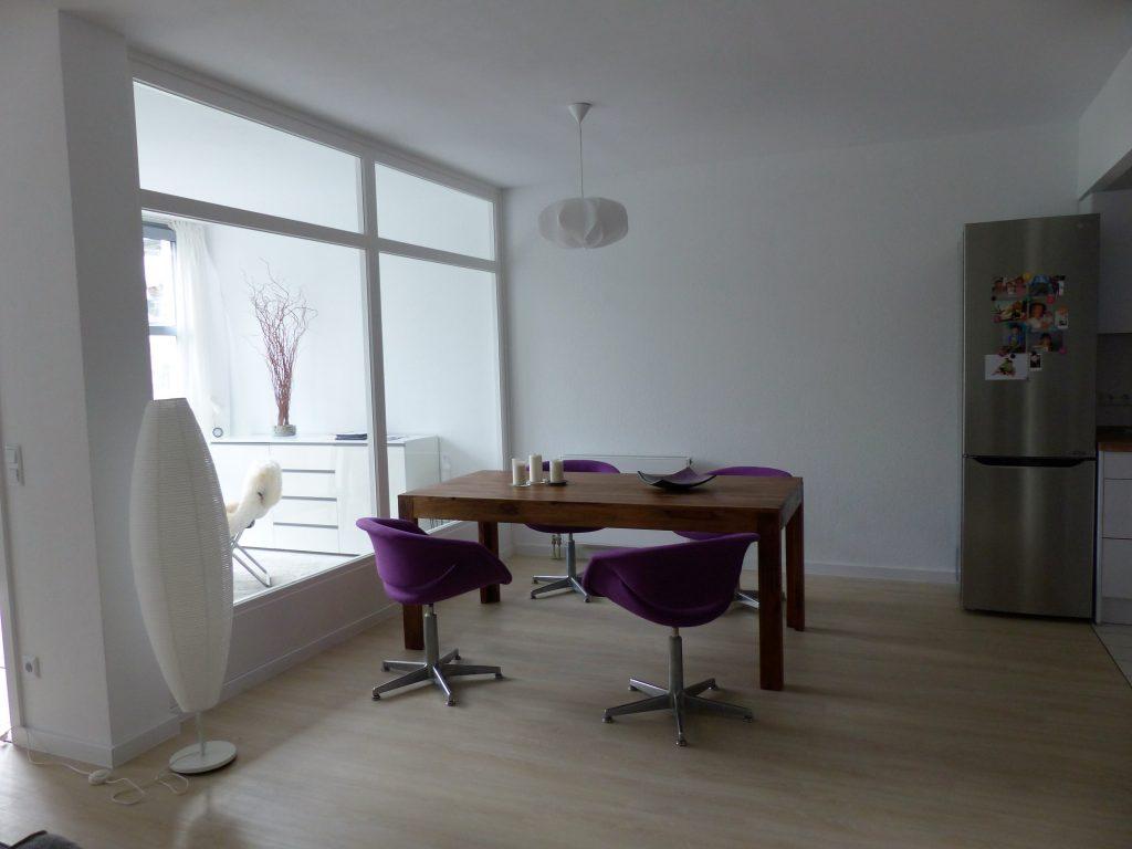 Kueche-Essbereich Blick 12 nachher mit Stehlampe, Essplatz und Kuehlschrank