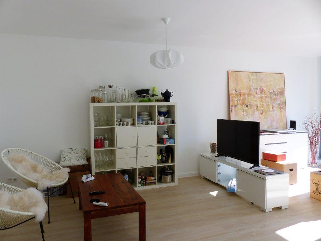 Wohnbereich Blick 6 vorher mit Stuehlen, Couchtisch Regal und TV-Bank